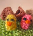 http://translate.google.es/translate?hl=es&sl=auto&tl=es&u=http%3A%2F%2Ftinyknits.weebly.com%2Fthe-blog%2Fknitting-pattern-tiny-chicks