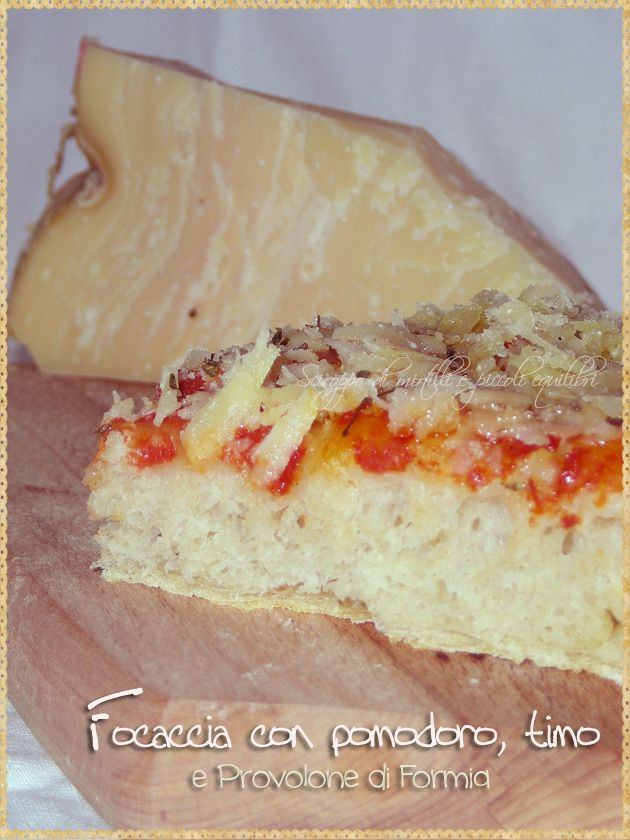 Focaccia con pomodoro, timo e provolone di Formia