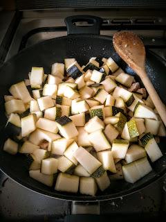 A felkockázott cukkinik is a wokba mennek a csirke mellé