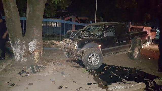 Motorista fica gravemente ferido após bater violentamente em árvore
