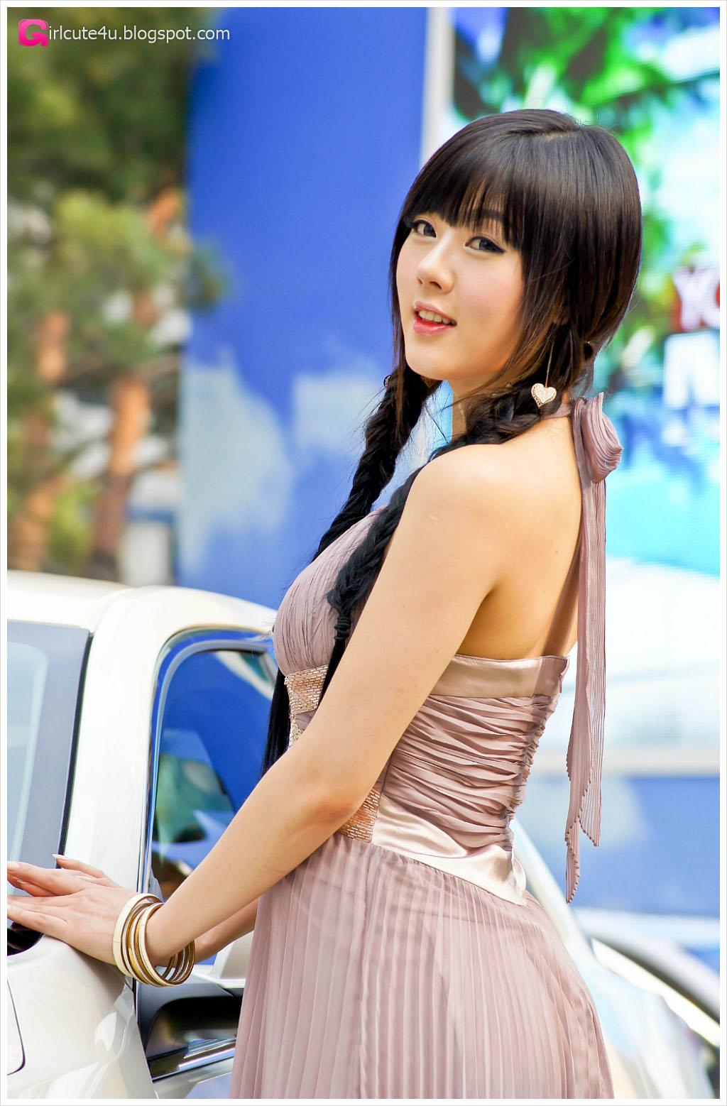 xxx nude girls: Hwang Mi Hee at Chevrolet Exhibitions