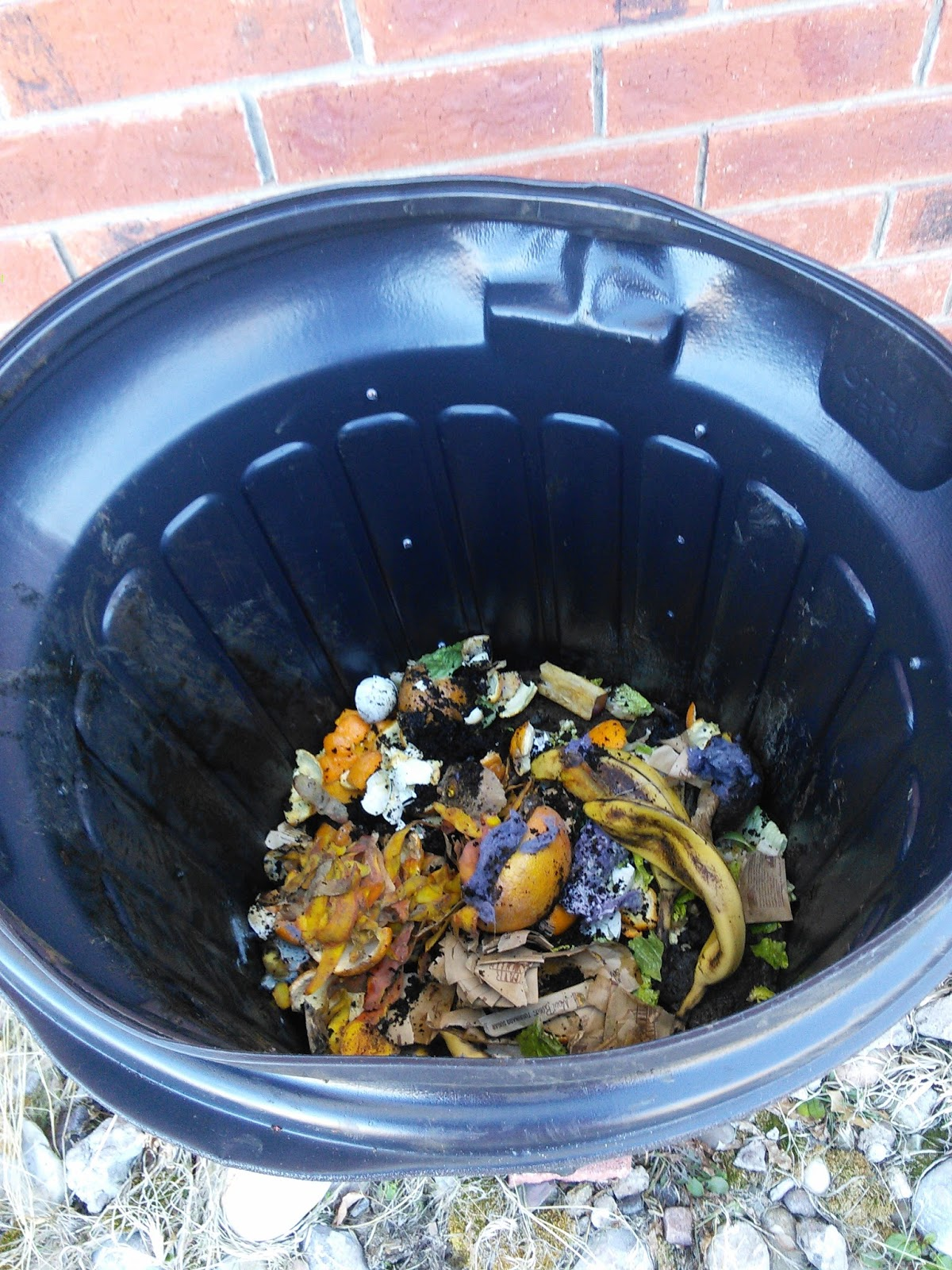 mom knows best how to make an easy diy compost bin
