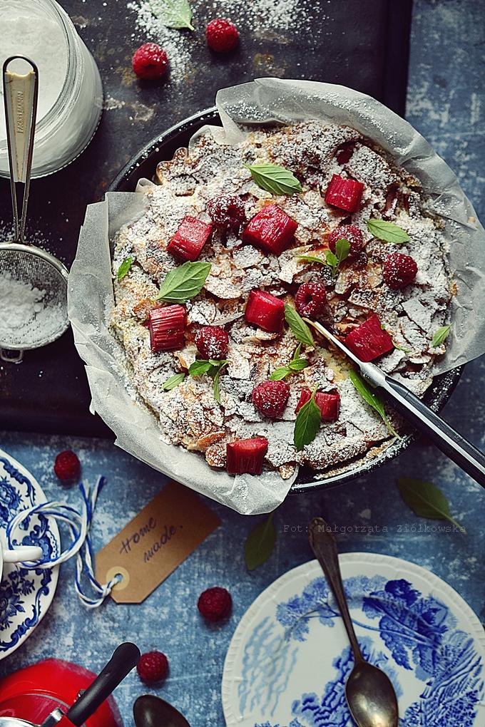 Ucierane, bezglutenowe ciasto z rabarbarem i malinami
