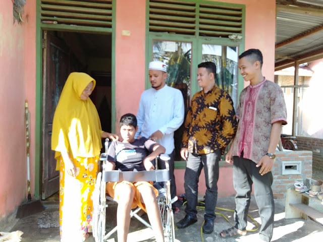 Lembaga Peduli Dhuafa Menyerahkan Bantuan Kursi Roda untuk Pasien Difabel