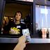 Como reagem os trabalhadores do McDonald's ao receber uma gorjeta de 100$?