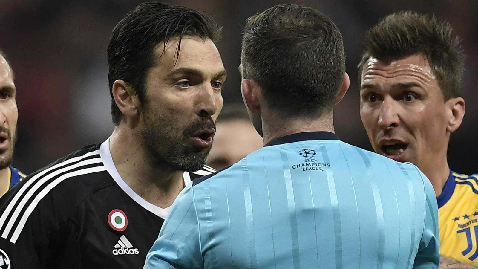 giac-mo-Champions-League-cua-Gigi-Buffon-ket-thuc-trong-chiec-the-do-1