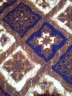 Motif Batik ceplok mempunyai bentuk pola yang geometris. Misalnya seperti bintang, mawar berbentuk melingkar atau bentuk dengan ukuran kecil kecil yang membentuk pola simetris pada kain.