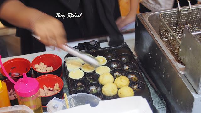 Medan Night Market: Akhirnya bisa kesini - Proses pembuatan takoyaki