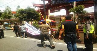 Gabungan Aparat Copot Spanduk Gerakan Belanja di Toko Pribumi, Hak Publik Minta Klarifikasi dari Aparat