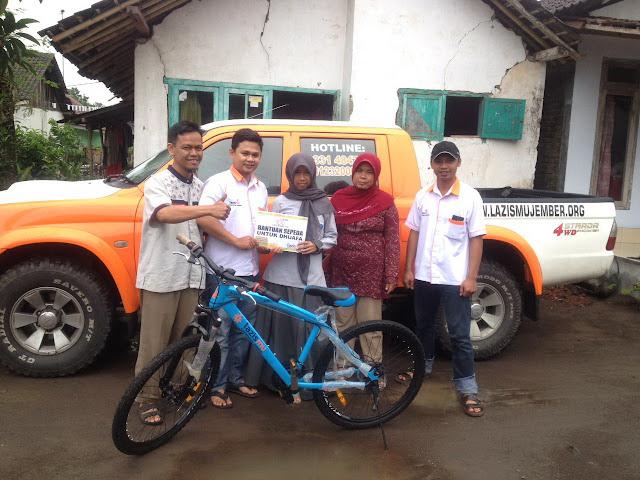 Penyerahan Sepeda Angin dari Team Lazismu Jember ke Dian Qomariyah