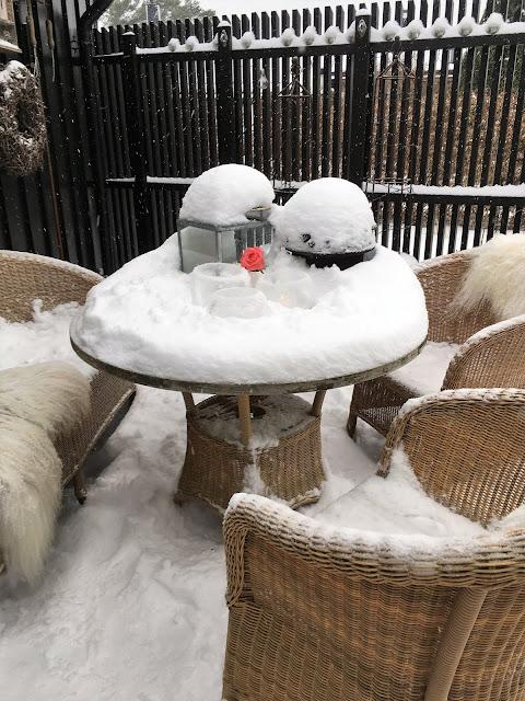 Vinterpoesi i hagen - Sittegruppen på terrassen IMG_4391 (2)-min