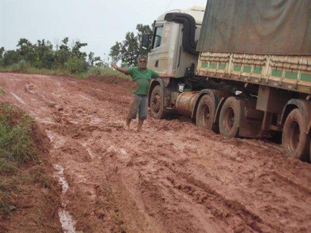 Caminhões atolam em rodovia de MT e produtores reclamam de prejuízo