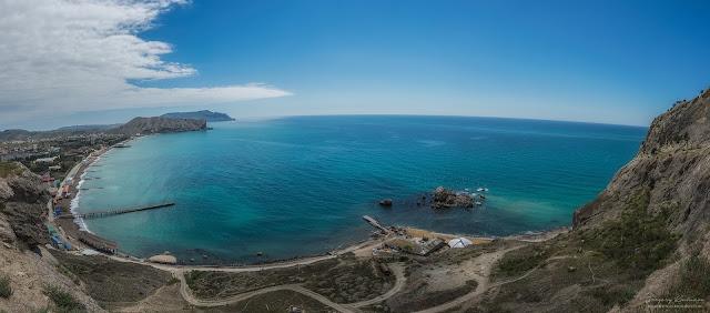 Вид на пляж Судака со стен крепости. Судакская крепость, Крым.