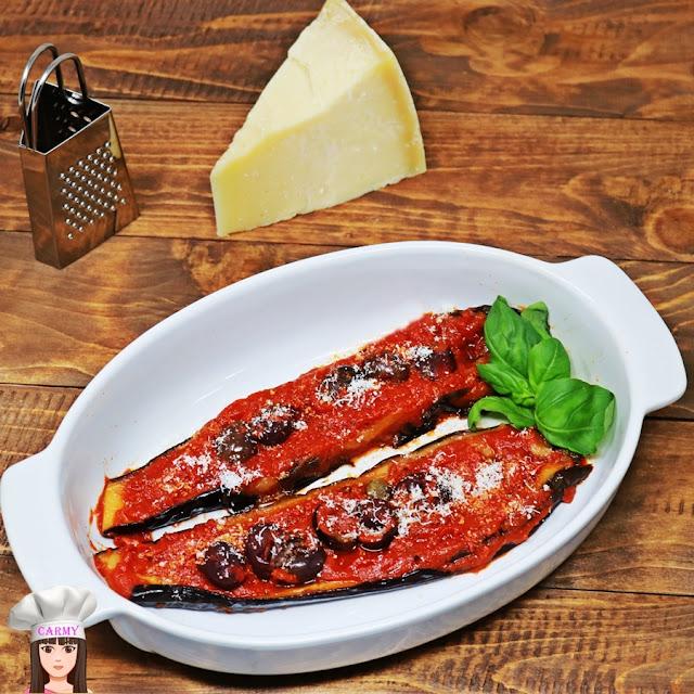 Melanzane a barchetta in padella in sugo, con olive e capperi