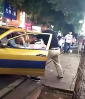 Angry man assaults taxi driver because he didn't stop his car to let him pass