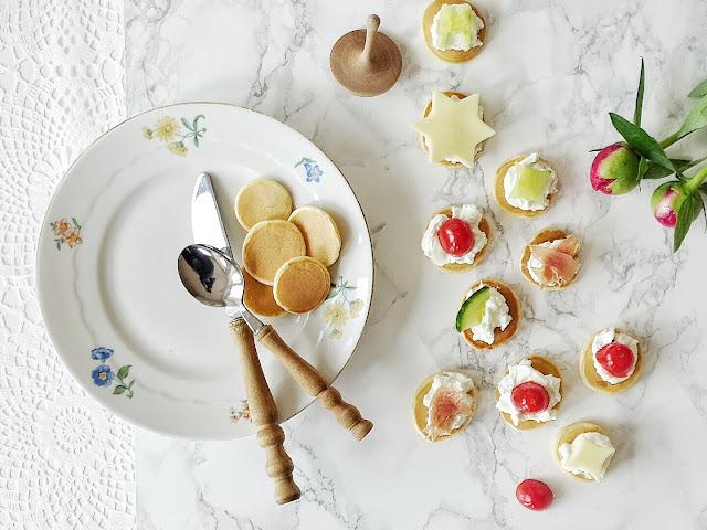 Mini-Pfannkuchen herzhaft belegt als Party- und Fingerfood | 12 Nachmach-Tipps und DIY-Ideen im Juni | www.mammilade.blogspot.de