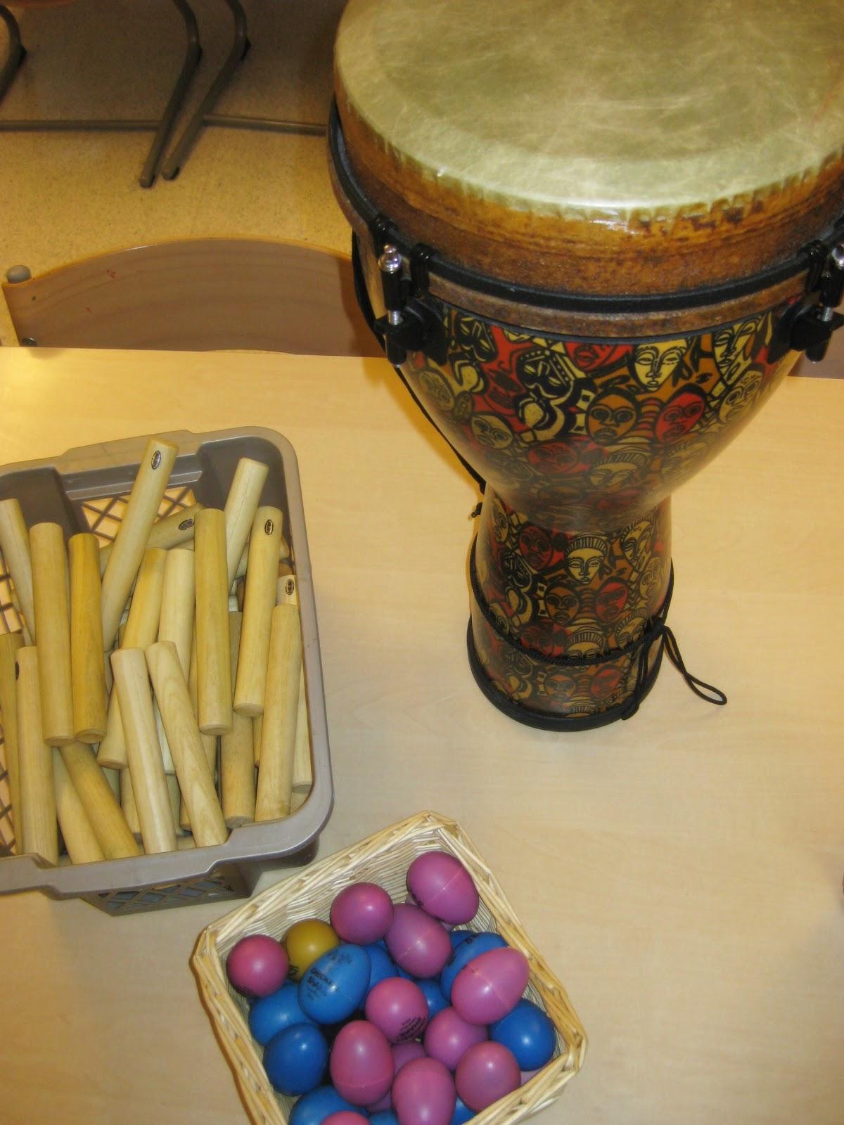 musikksamling med instrumenter