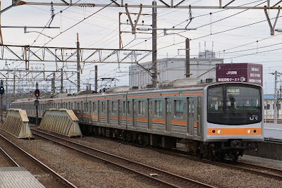 武蔵野線新座駅に到着する205系メルヘン顔