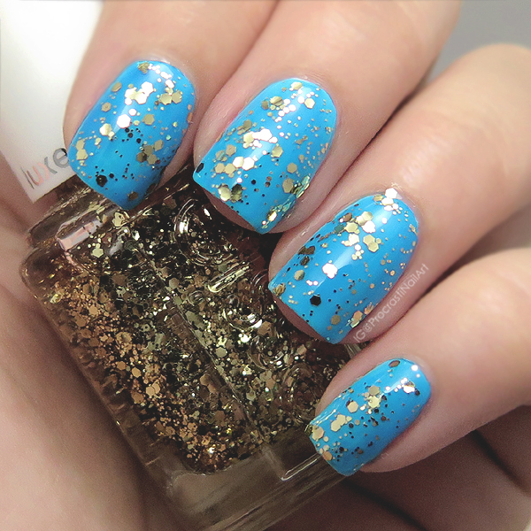 Swatch of a gold glitter top coat from Essie