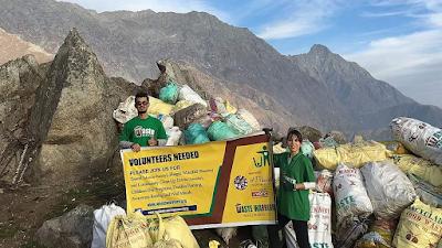 Mª José en el proyecto de senderismo y recogida de residuos