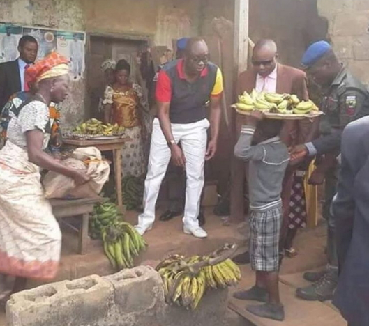 fayose buying banana street hawker