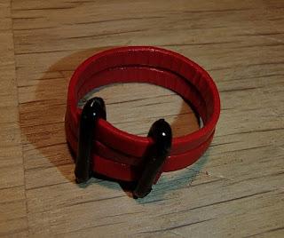 Vue d'en haut de la bague rouge double barres