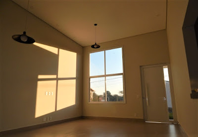 Toda a casa tem pé-direito com 2,8 metros de altura, exceto nas salas de estar e jantar, onde a laje foi concretada numa altura de 4,6 metros em relação ao piso.
