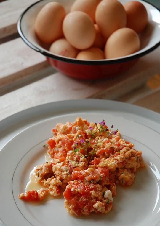 Jajecznica z pomidorami, serem i bazylią