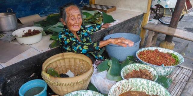 Berumur 97 Tahun, Si Mbah Ini Tetap Semangat Berikhtiar Dengan Berjualan Gudeg