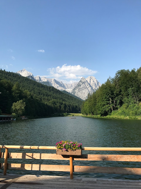 Riessersee Bayern mit Wettersteingebirge, Bunte Wiesenblumenhochzeit im Riessersee Hotel Garmisch-Partenkirchen, heiraten in Bayern, zwei Bräute, Regenbogen