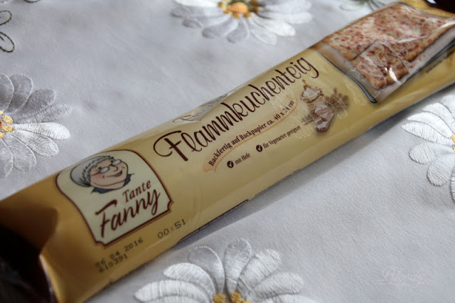 Eine Packung mit Frischem Flammkuchenteig von Tante Fanny.