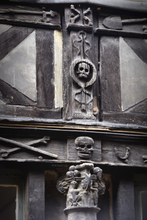 aliciasivert, alicia sivertsson, Aître Saint-Maclou, rouen, france, the black death, the plague, skull, crossbone, fasade, decoration, spirit, death, graveyeard, frankrike, pestkyrkogård, gravplats, pest, pesten, digerdöden, kyrkogård, pestoffer, död, fasad, dekoration, dödskalle, dödskallar, döskalle, döskallar, korsben, benknotor, korslagda ben, fönster, hus, byggnad