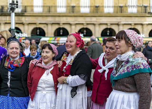 Cuadrilla en el Mercado de Santo Tomás, Navidad en Bilbao por El Guisante Verde Project