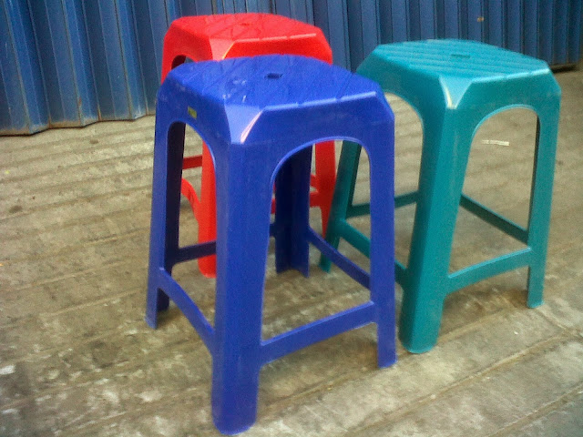 Tahukah Anda Apa Fungsi Lubang yang ada di Atas Kursi Plastik? Ternyata Desainernya Sangat Smart.
