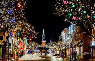 Calle decorada por Navidad