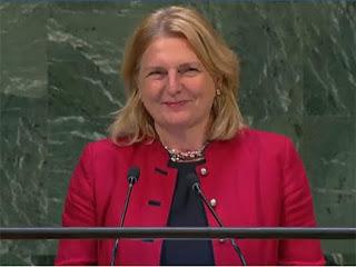 وزيرة خارجية النمسا، كارين كنايسل، تلقي خطابها في افتتاح الدورة الثالثة والسبعين للجمعية العامة للأمم المتحدة باللغة العربية