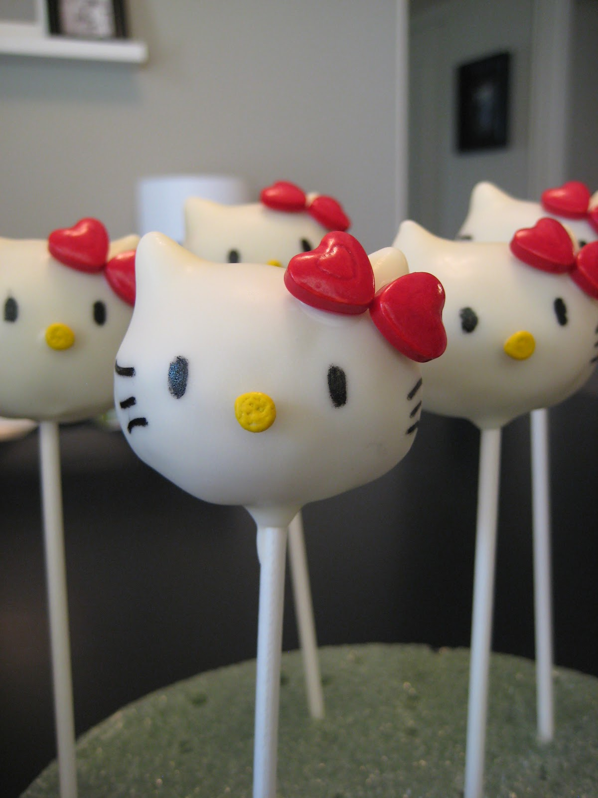 hello kitty cake pops - photo #12
