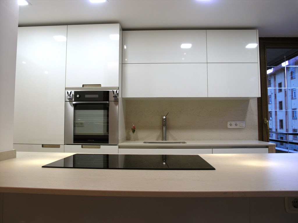cocina de perfil minimalista que se adapta al entorno. Black Bedroom Furniture Sets. Home Design Ideas