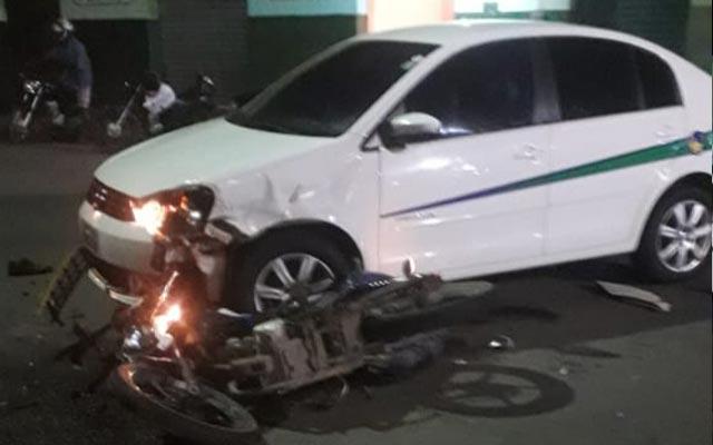 Jovem fica ferido ao colidir moto com táxi no centro de Jacobina