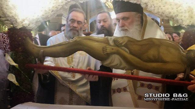 Σε κατανυκτική ατμόσφαιρα η αποκαθήλωση από τον Μητροπολίτη Αργολίδος στον Άγιο Πέτρο Άργους