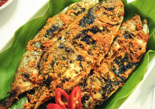 Kuliner ikan bakar memang boleh dibilang kuliner yang pertama kali dikenal manusia. Sebelum minyak goreng hadir, membakar atau memanggang di atas bara api merupakan satu-satunya cara mengolah aneka kuliner ikan.