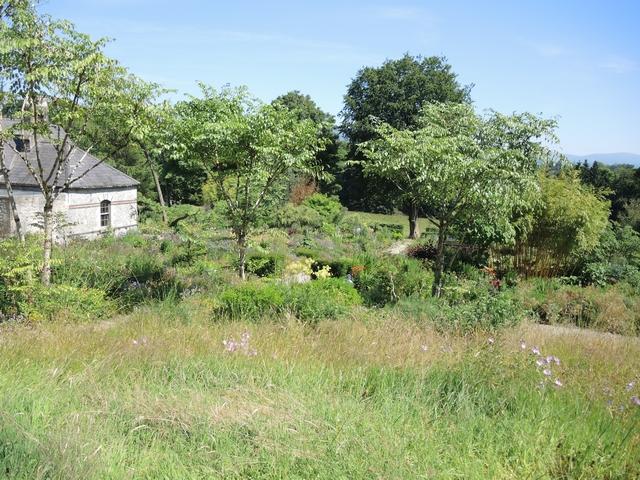 Blick von der Wiese auf June Blake' Garden