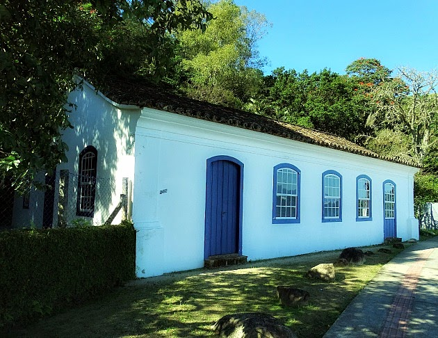 Praia do Sambaqui, Florianópolis: preserva os costumes e tradições açorianos através de danças e festividades