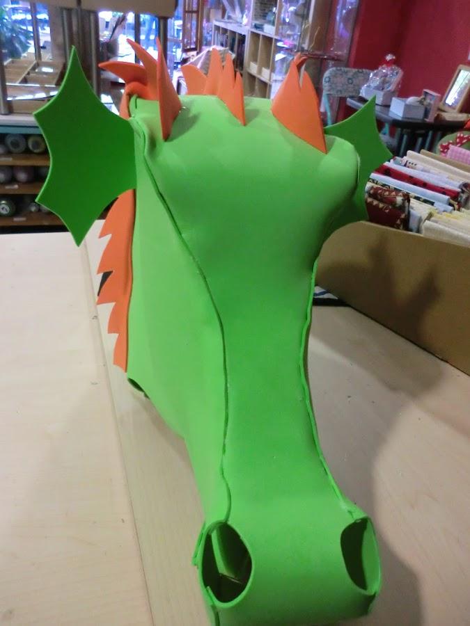 situa las orejas y las crestas en la posicion correcta de la cabeza de dragon