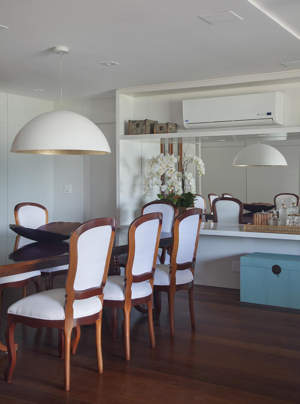 Aparador Com Espelho Sala De Jantar Mostrar Apenas A Imagem  -> Modelo De Sala Pequenas Com Espelho E Aparador
