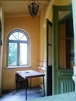 Tył Pałacu Jabłońskich w Głownie - otwarte drzwi do zbiorów