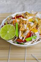 (salatka z makaronem ryzowym i kurczakiem
