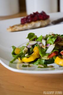 (Sałatka ze szpinakiem i grillowanymi warzywami