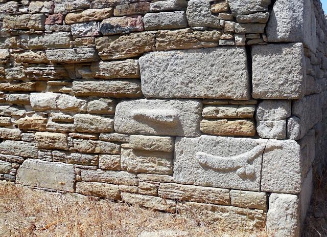 płaskorzeźby atrybut Dionyzosa fallus i maczuga Herkulesa  Delos Grecja