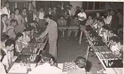 Jaume Mora dando unas simultáneas de ajedrez en 1957